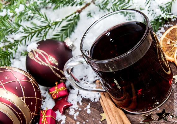 A legegyszerűbb és talán leggyorsabb megoldás a karácsonyi illatfelhő megteremtéséhez, ha forralt bort főzöl.