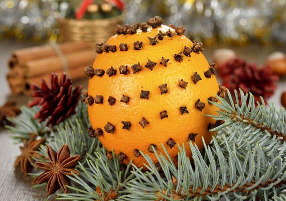A narancs és a szegfűszeg illata villámgyorsan képes karácsonyi hangulatot teremteni, kombinációjuk ráadásul dekorációnak sem utolsó.