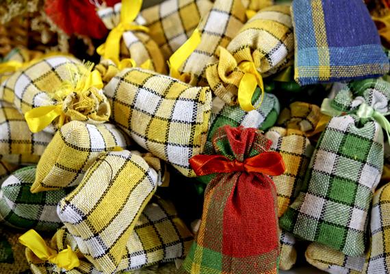 A karácsonyi illatokat ötvözheted is, ha kis zsákocskákba töltöd a különféle hozzávalókat: tehetsz bele szárított narancshéjat, fahéjat, szegfűszeget, de akár egy kevés forraltbor- vagy mézeskalács-fűszerkeveréket is. A karácsonyi hangulatú, illatos zsákocskák dekorációnak sem utolsók.
