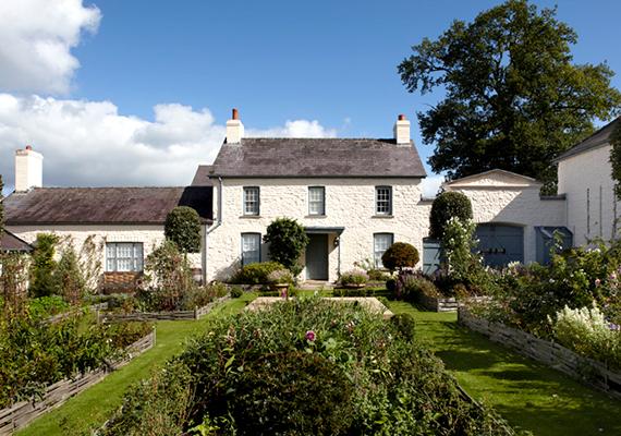 A trónörökös Llwynywermod néven gyönyörű vidéki rezidenciát tudhat a magáénak Myddfai nevű falu mellett, Walesben.