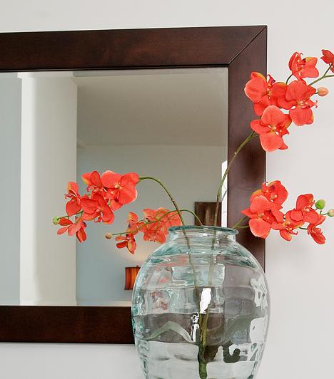 Apró tükrökA tükröt alapvetően kedveli a feng shui, nem mindegy azonban, hogy melyik helyiségben milyen fajtát helyezel el. A hálószobában például egyáltalán nem tanácsos tükröt tartani, a falon túl magasan elhelyezett, kisebb tükrök, melyekben nem látod tetőtől talpig magad, kisebbségérzetet keltenek, és csökkentik az önbizalmad.Kapcsolódó címke:Feng shui »