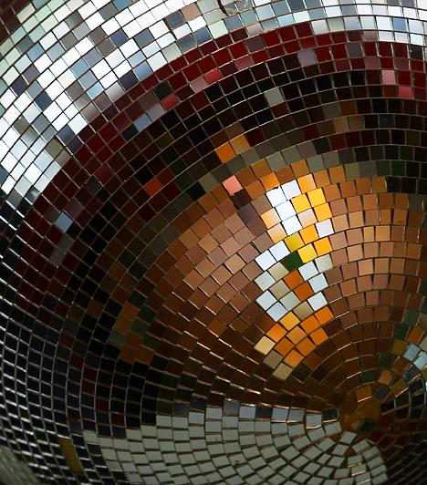 MozaiktükrökA mozaik az ókor óta népszerű. A tükrök esetében azonban bánj vele óvatosan. A feng shui legalábbis nem kedveli a mozaiktükröket, mert túlságosan szétszórják a pozitív energiát és annak hatását.