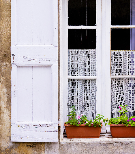 Zsaluk és redőnyökA pozitív energia, a chi az ajtókon és az ablakokon át áramlik be a lakásba. Ha elzárod az útját, akkor lassan a negatív energia uralkodik majd el az otthonodon. A redőnyök és a zsaluk helyett használj inkább enyhén áttetsző rolókat, vagy ügyelj rá, hogy csak éjszaka használd az előbbieket.