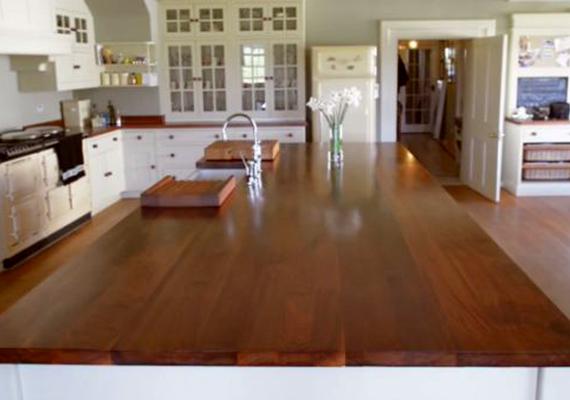 A tervezők annak idején büszkén tették közzé a képeket, és úgy nyilatkoztak, hogy az általuk legszebbnek megtervezett konyhát hagyták hátra Anmer Hallban. A hercegi párnak ez azonban nem felelt meg, csak elképzelni lehet, ennek alapján milyen lehet az általuk megálmodott, új helyiség. Ha még több képet szeretnél megnézni a házról és környékéről, kattints ide!