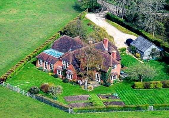 A szülők 1995-ben adták el korábbi otthonukat. Miután vállalkozásuk igencsak nyereségessé vált, egy nagyobb ingatlant vásároltak meg a szintén vidéki Buckleberyben.