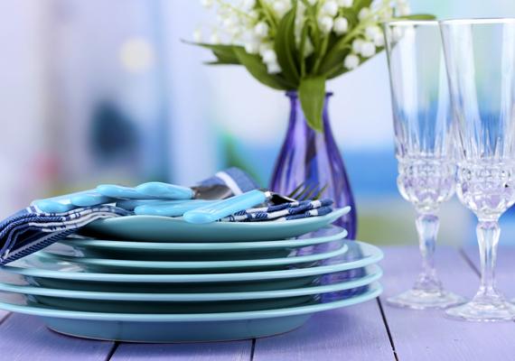 Úgy tartják, a kék csökkenti az étvágyat, így, ha például diétázol, érdemes a konyhában is bevetni. A türkizzel kell csak vigyázni, mert állítólag fokozza az édesség utáni vágyat - ha azonban ezzel nincs problémád, használd bátran, hiszen nagyon szép.