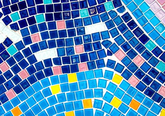 A fürdőszobában sokan szeretik a kéket, hiszen ez a tengerek, vizek színe is, vigyázz azonban, hogy ne alkalmazd túl sötét árnyalatait, illetve túl nagy mennyiségben, különösen, ha nem jut elég fény a helyiségbe. Érdemes ilyenkor vidám színekkel kombinálni: erre példa a képen látható csempemozaik is.