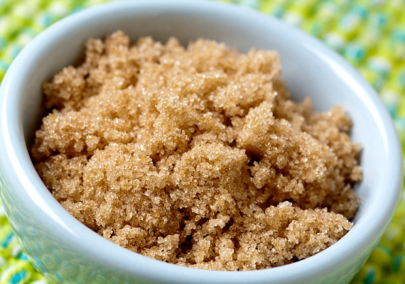 A barna cukor könnyen megkeményedik, azonban, ha a zacskójába néhány órára egy szelet kenyeret helyezel, visszanyeri eredeti formáját.