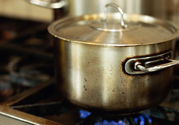 Ha nem akarod, hogy az étel szaga, amit főzöl, belengje az egész lakást, tegyél a fedőre egy szelet kenyeret.
