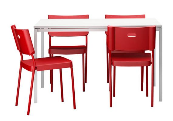 Az IKEA Melltrop Herman névre hallgató asztala négy darab piros székkel mindössze 22 295 forintba kerül.
