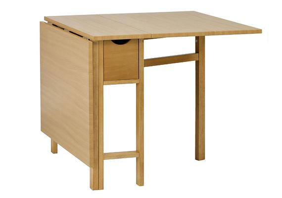 Ezt az összecsukható, bükkfából készült asztalt 29 990 forintért vásárolhatod meg a JYSK-ben.