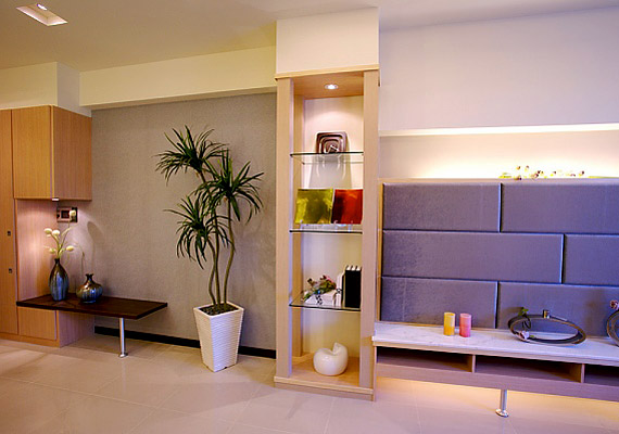 Ha beépített lámpákkal megvilágítod a polcokat, sarkokat és sötét zugokat, a szoba világosabbnak és nagyobbnak látszik majd.