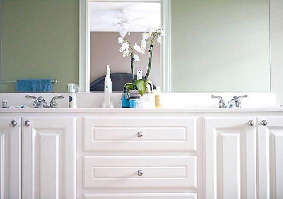 Egy vödör fehér festék és néhány új gomb - a fürdőszobabútort te is felújíthatod. Az eredmény nemcsak elegáns, de sokkal világosabb is lesz.