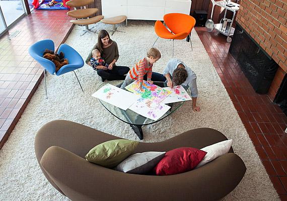 Miért ne lehetne a szoba rövidebb falánál a kanapé? Ha hosszában rendezed be a keskeny szobát, több szabadon használható tér marad.