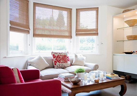 Ne vegyél el a térből nehéz, padlóig érő függönyökkel, inkább egy könnyű bambuszredőnnyel oldd meg az árnyékolást.