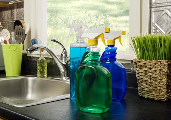 A kis házi fűszernövénykert - vagy legyen akár szó egy cserép búzafűről - látványossá és frissé teszi a helyiséget.