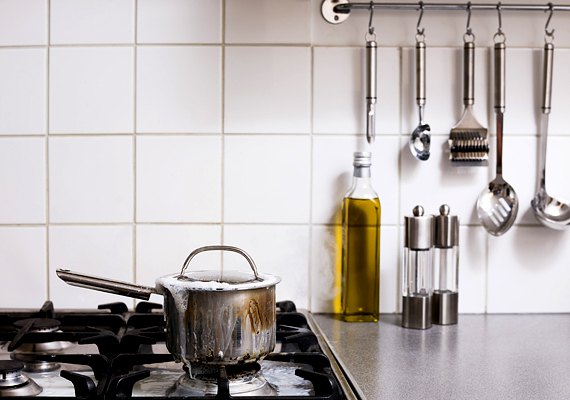 Ha praktikussá és változatosabbá akarod tenni a konyhát, szerelj a falra egyszerű tárolókat, tartókat.