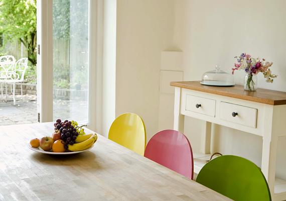 Egy aprócska, fehér konyhát is feldobhatsz egyszerű, különböző, tavaszias színű bútorokkal, székekkel.