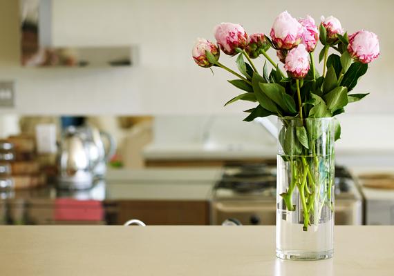 Egy csokor virág friss, üde, vidám hangulatot kölcsönöz a konyhának. Mindig legyen egy váza az asztalon.