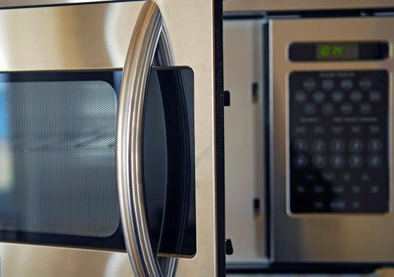 A mikrohullámú sütő is elég szépen eszi az áramot, ugyanis a mikrohullámok előállítása jelentős energiaveszteséggel jár. Nézd meg, hogyan tudsz a mikró áramfoygasztásán csökkenteni. »