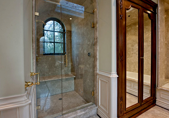 Íme, egy Michael Jackson egykori fürdőszobái közül.