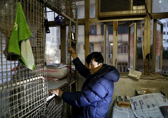 Egyes adatok szerint már 2007-ben is 50 ezernél többen éltek ketreclakásokban, melyek olyan bérelhető, zárható férőhelyeket jelentenek, melyeket fémrács vesz körül, egy ágyon kívül pedig szinte semmi más nem fér el bennük.