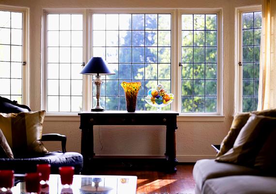 Ha azon szerencsések közé tartozol, akiknek nincs a szomszéd ház a szájában, netán az ablakod egy szép parkra néz, akkor ne rontsd el a látványt függönnyel. Minél több természetes fény áramlik be, annál nagyobbnak tűnik otthonod.