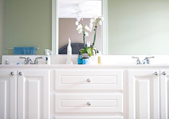 Válassz világos és meleg színeket! Ezektől sokkal komfortosabbá válik a lakás, ráadásul optikailag is csalhatsz rajta.