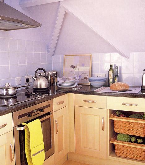 Kevesebb polcot!  Elképzelhető, hogy a lakás adottságai miatt a konyhának már csak egy sarokban jut hely, de egyébként sem feltétlenül szükséges plafonig érő szekrényeket választanod. Törekedj inkább arra, hogy az alsó polcok elrendezése praktikus és helytakarékos legyen - minél kevesebb felső szekrényre van ugyanis szükséged, annál levegősebb lesz a konyhád.  Kapcsolódó cikk: Plusz 5 négyzetméter a konyhába, átépítés nélkül »