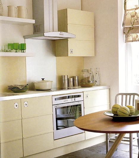 Skandináv hangulatban  Ha a lakásod minden részét a letisztult formák és a visszafogott, hűvös színek uralják, akkor a konyhában sem lehet káosz - akármilyen apró hely áll is rendelkezésedre a pakoláshoz. A konyhabútor színének válassz egy hasonlóan egyszerű, visszafogott, de meleg árnyalatot, például bézst vagy drappot, hiszen ez a mozgalmas helyiség szinte megköveteli magának az életteli színeket.