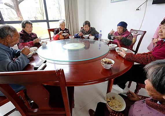 Az acélmágnás nem csupán a lakhatást biztosítja a falubelieknek, de napi háromszori, ingyenes étkezést is.