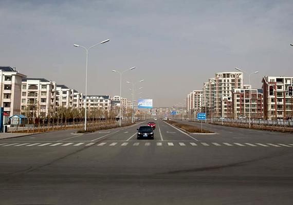 Míg Ordos új, Kangbashi New Area nevű negyedét korábban a kínai Dubaiként emlegették, ma leginkább kísértetvárosként jellemzik.