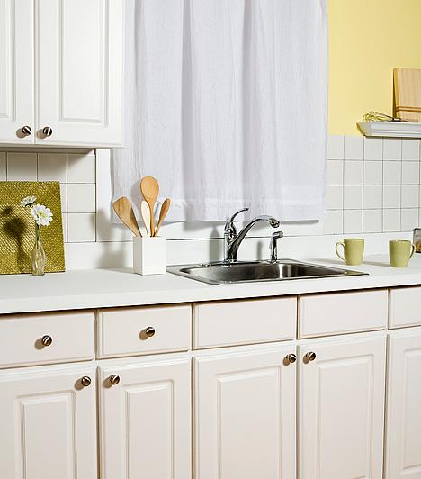 A konyha hangulatát nagymértékben meghatározza a konyhaszekrény. Ha unod a jelenlegit, vágass méretre asztalossal MDF-lapokat, és cseréld le magad a konyhafrontokat. Újjászületik majd a bútorod!