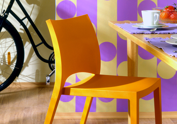 Ha fából készült székek vannak az asztal körül, könnyen új színt adhatsz a helyiségnek, ha átfested őket. Akár különböző árnyalatokat is használhatsz.