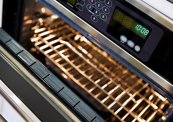 A sütőt lehetőleg ne nyisd ki, miközben meleg, a művelet befejezése előtt azonban öt-tíz perccel korábban is kikapcsolhatod, a meleg megmarad, míg megsül az étel.