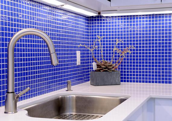 Igaz ez a kékre is, amely előbbire az egyik legalkalmasabb szín. Állítólag nem is kell kékre festeni a konyhát: egy kék égő vagy kék fény is tökéletes arra, hogy visszatartson a túlevéstől.