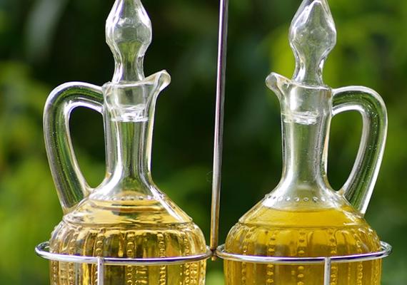 Zsír- és olajszag ellen az ecet remek megoldás. Tölts néhány pohárba a folyadékból és tedd a konyha különböző pontjaira. Semlegesíti a kellemetlen szagokat.