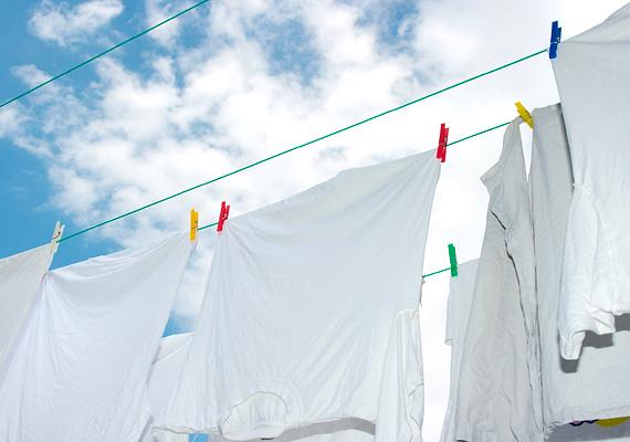 A mosást megelőzően dörzsöld át a foltos felületet krétaporral, majd egyszerűen porold le, és dobd a mosógépbe a ruhát. Nyoma sem marad a foltoknak.