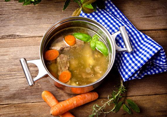Nem kell messzire menni a konyhától annak tekintetében, mire lehet felhasználni egy kevés maradék krumplit, ha például kissé elsóztad a levest, a mártást vagy éppen a főzeléket, főzz bele akár csak egy fél krumplit - míg meg nem puhul -, mely segít semlegesíteni az intenzív ízt. Ide kattintva további tippeket is megismerhetsz az ételek feljavítására.