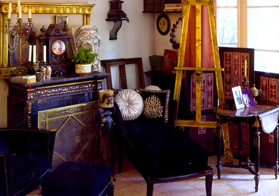 A svábhegyi villa, melyben a kép készült, Boronkay Gábor építész otthona. A berendezés eklektikus, jól megférnek egymással az angol, a bécsi, a barokk és a szecessziós bútorok is.
