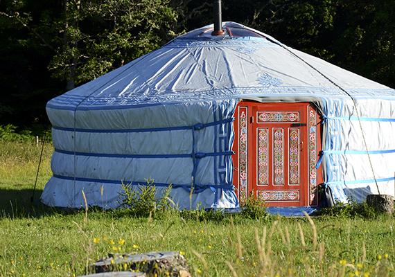 A vándorló nomád népek hagyományos lakóhelye, a jurta is egyre népszerűbb a tudatos és természetközeli életmód híveinek körében, már Magyarországon is. Ráadásul nem is drága, egy egyszerűbb típus már akár 450-900 ezer forintos áron is elérhető. Még több képért kattints ide!
