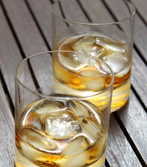 Alkohol                         Kicsit drága megoldás, de sokan esküsznek rá, hogy a wc-ben megtelepedett baktériumokat csak az alkohol pusztítja el maradéktalanul. Persze nem kell a legjobb skót whiskey-vel megkínálni a porcelánkagylót, elég, ha gyógyszertári alkohollal fecskendezed körbe havonta egyszer a perem alját.