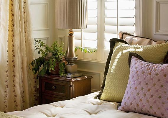 A sötétítőt cseréld le fehér lepedőre vagy világos színű árnyékolóra, ez ugyanis visszaveri a napsugarakat, így kevésbé melegszik át a lakás. Ugyanakkor a redőnyt se felejtsd leengedni, ha besüt a nap a szobába.