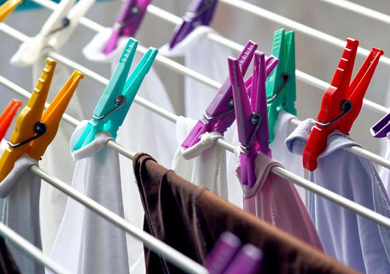 A bent kiteregetett, frissen mosott ruhák párásítják a szobát, így az kicsivel hűvösebbnek tűnik.