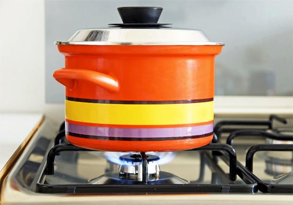 Bagatell ötletnek hangzik, de azzal is csökkentheted az elviselhetetlen meleget, ha nem főzöl. Minél kevesebbszer használod a tűzhelyet, annál kevésbé melegszik fel a lakás.