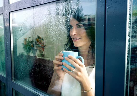 Jelentős mennyiségű hő távozhat a lakásból az ablakok felülete miatt is, ennek mértékét azonban csökkentheted, ha hőszigetelő ablakfóliát ragasztasz fel rájuk. Kattints ide, és tudj meg róla többet!