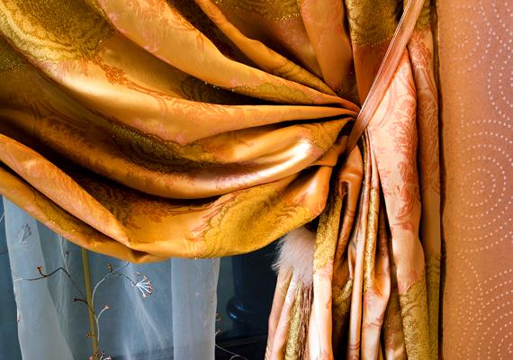 A vastag, sűrű szövésű függöny is képes valamilyen mértékben szigetelni a lakást, azonban figyelj rá, hogy sose lógasd a radiátor elé, így ugyanis a hő mögé kerül, ahonnan amellett, hogy a szoba hűvösebb marad, hamarabb el is szökik.