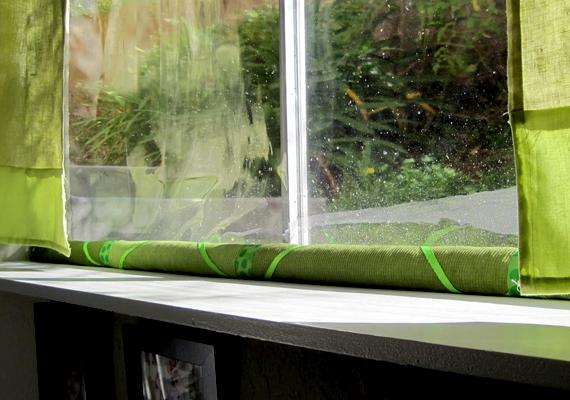 Ha huzatosak az ablakaid, a legegyszerűbb megoldás, ha huzatfogó párnával próbálod őket szigetelni. Vicces figurákat akár készen is kaphatsz, de saját kezűleg is varrhatsz párnát, vagy készíthetsz, például, ha levágod egy régi, vastag harisnyanadrág szárait, majd kitömöd őket.