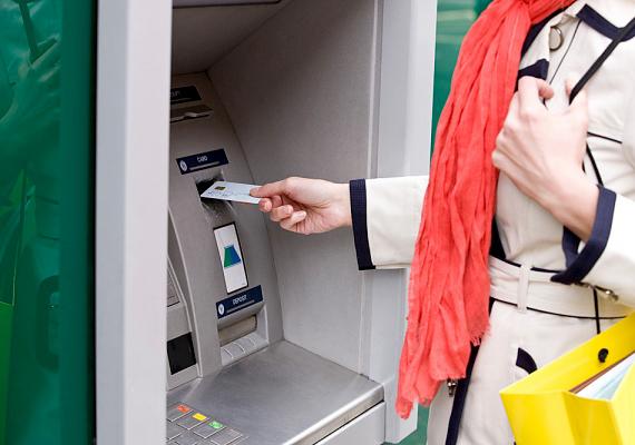 Van azonban, ami 2013-ban drágább, mint korábban. Ide tartozik a tranzakciós illeték is, amelyet számos bank az ügyfelekre hárított. Emiatt sokaknak többet kell fizetniük a különféle bankszámlaműveletek elvégzése után, illetve akkor is, ha fizetésüket készpénzben veszik ki a bankautomatából, hogy aztán csekken fizessék be a rezsiszámlákat.