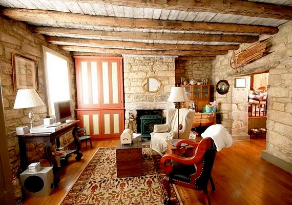 A rusztikus design is újból a palettára kerül. A téglával, terméskővel és fával díszített falak, illetve a klasszikus vonalat képviselő bútorok együttese megint nagyon népszerű lesz.